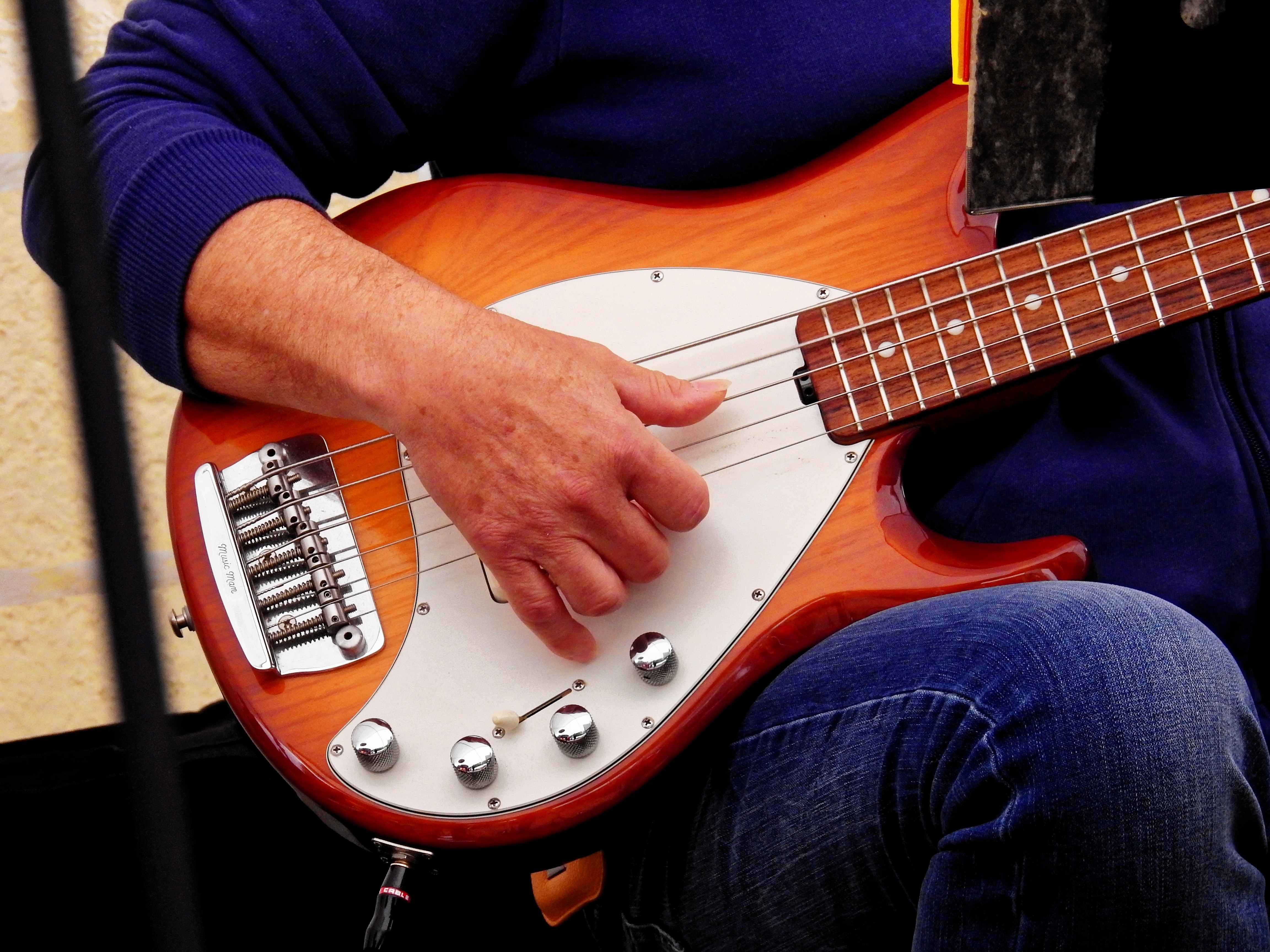 En som spiller bass.